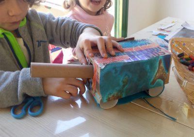 Construcciones de cartón en el grupod e juego Aúlla