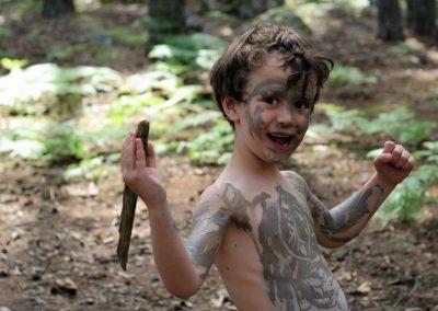 niño jugando a indígena en un día del grupo de juego Aúlla, en Moralzarzal